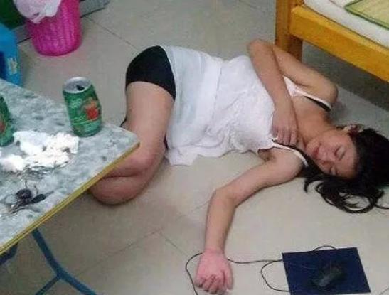 爆笑GIF图: 说好的不喝多, 结果一瓶就睡着了