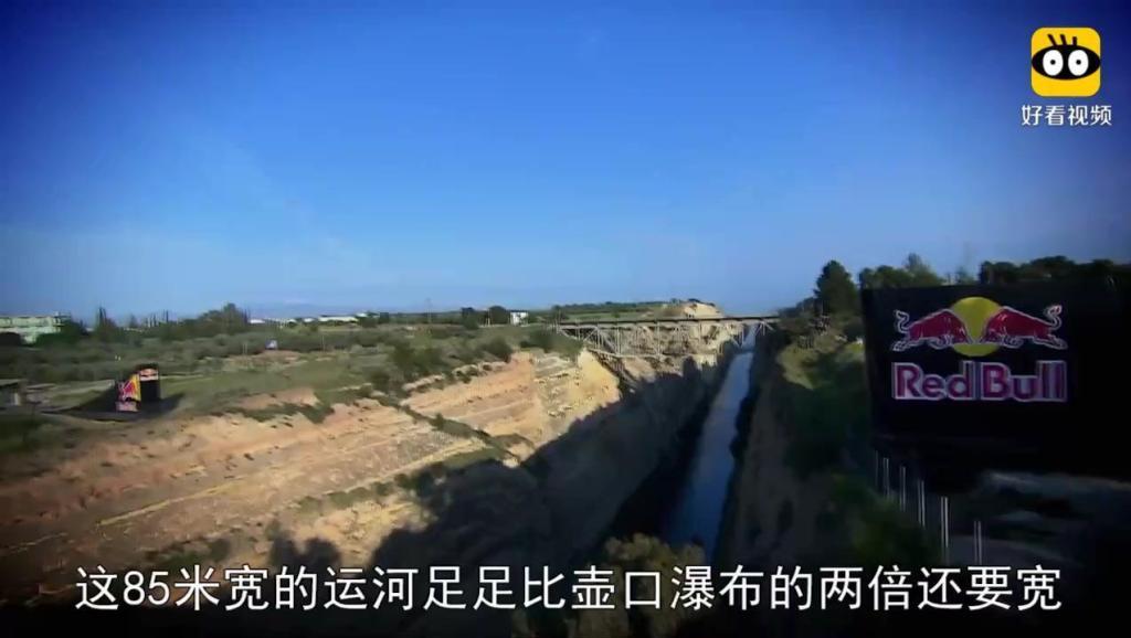 外国最作死网红,单骑一辆本田摩托车,飞跃85米宽大运河