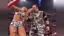 WWE美女选手遭男选手暴打,原以为是剧情,结果来真的!