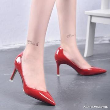 尖头细跟鞋展现出迷人气质, 可以使女人的腿部优雅