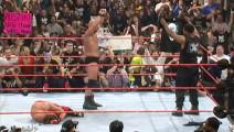 泰森登上WWE震惊全场! 猛男竟敢偷袭泰森, 结果被一拳KO晕!