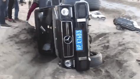 打开 打开 奔驰大g阴沟里翻车,安全气囊都弹出来了!