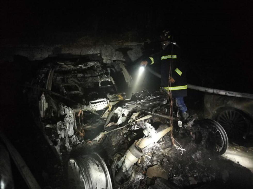 轰! 上海一特斯拉自燃烧到只剩框架! 附近车辆倒霉, 居民紧急疏散…(图3)