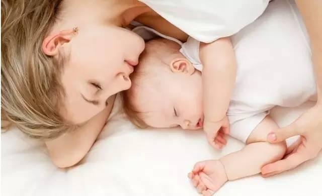你可知道这是将宝宝置于另一种致命危险中,宝宝很可能被睡着的大人压