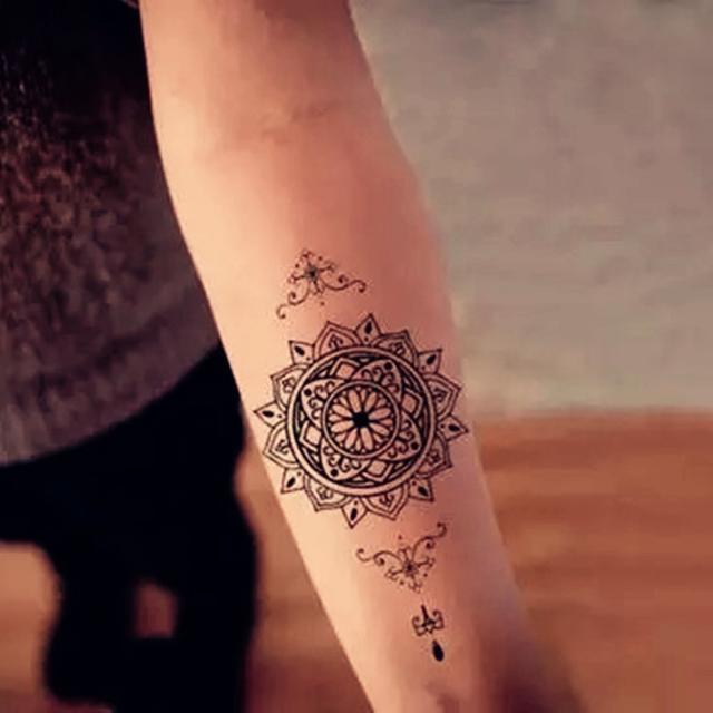 海绵宝宝纹身图案 女生小腿上彩