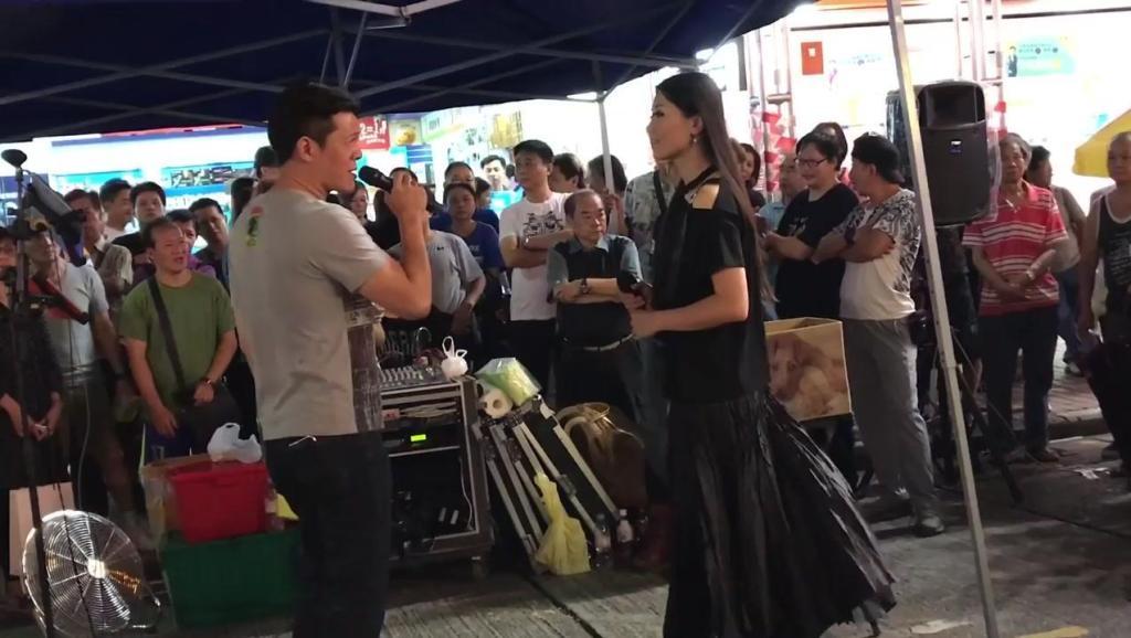 香港街头艺人最佳拍档,合唱《都是你的错》来了好多的观众!