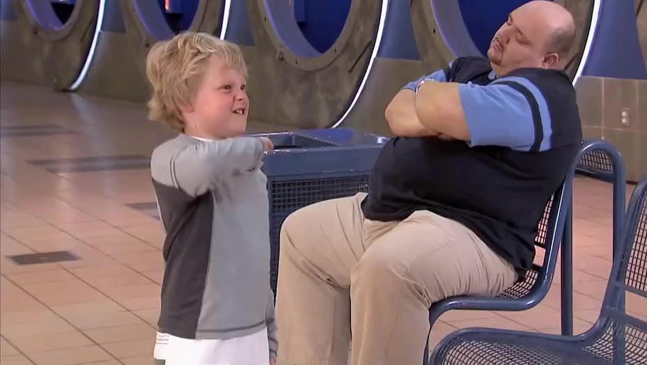 街头恶搞 熊孩子捉弄胖大叔,戳一下肚子放一下屁,真是看了一次有味道的视频