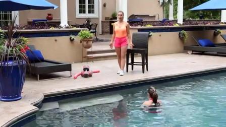 如何在水中行走有氧健身操