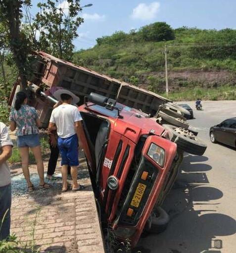 宜宾一大货车奔驰途中翻斗未放下 自己把自己给放倒