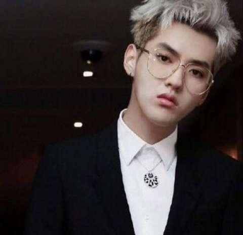 别再说鹿晗王俊凯王源戴眼镜禁欲了 都不及90年的他惊艳