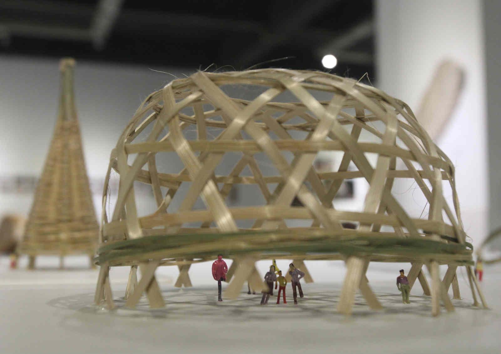 """学院首期竹编艺术培训班学员作品展""""在四川美术学院雕塑系展厅开幕"""