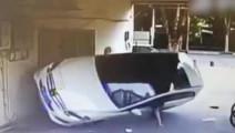 大写服!监控女司机操作不当车上墙 为防翻车用手撑地