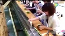 只听说过流水宴席,日本还有流水面,这样吃面真的会好吃吗?