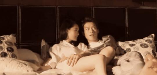 而里面出演女主角的李沁也跟着火了起来,非常的优雅,旁边的张天爱豆感觉输了