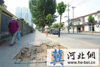 邯郸东柳西街便道塌陷 市政回复: 将派人维修