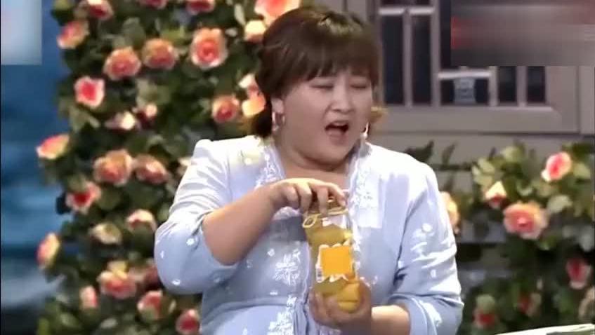 女生在男人面前永远拧不开瓶盖,但贾玲竟然能把罐头盖打碎