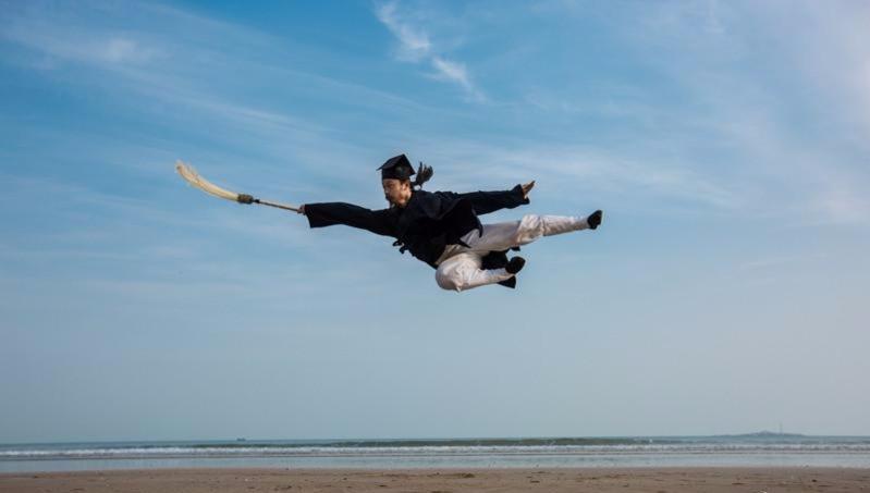 真功夫!武当轻功第一人陈师行,上演飞檐走壁,纵跳20米身轻如燕