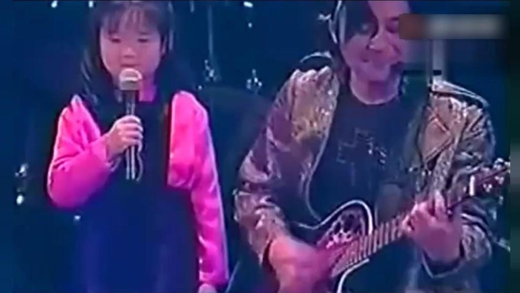 王杰上为小女孩伴奏,眼里满满的宠爱,这可爱的小女孩是谁