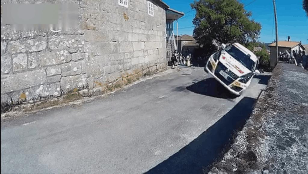 赛车手过弯用两个车轱辘就够了,排水渠漂移out了!
