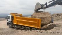 卡车装载大石头,挖掘机忙活半天也没搞定