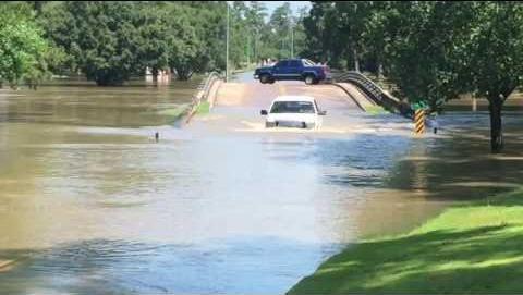 卡车通过洪水进入休斯敦德克萨斯高尔夫球场