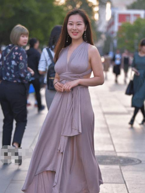 摄影: 阿姨, 你穿的裙子很特别啊!