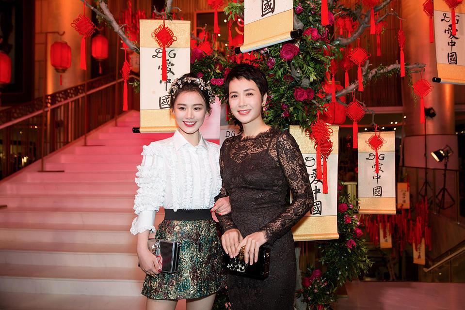 马思纯与小姨蒋雯丽同框 一个俏皮一个优雅