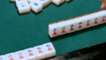 小伙子打麻将起手烂牌,结果坚持到最后还杠上杠加海底捞月