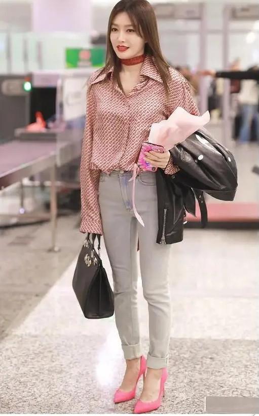 秦岚又美出了新高度! 一身清凉打扮现身机场, 被网友称赞为初恋女神(图5)