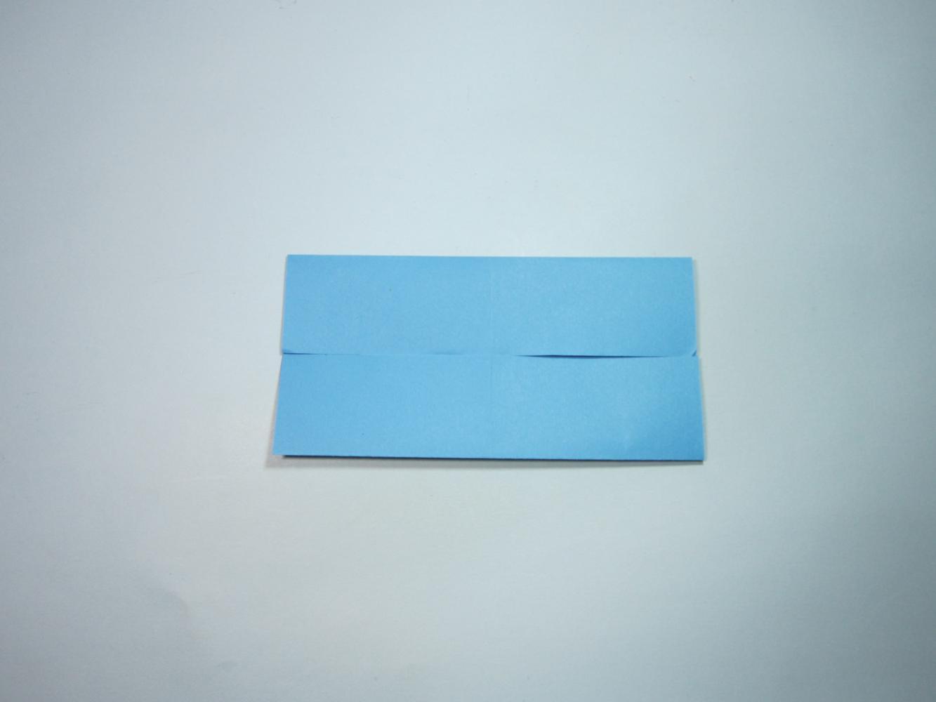 第1步,首先准备一张正方形纸,将上下,左右四条边分别两两对折,展开,留
