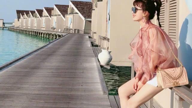 网友纷纷羡慕了  阔太李念携老公浪漫出游, 有谁注意老公视角下的她
