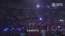 许巍演唱会现场万人合唱《蓝莲花》,原来在我们的生命里曾有一朵花永不凋零!