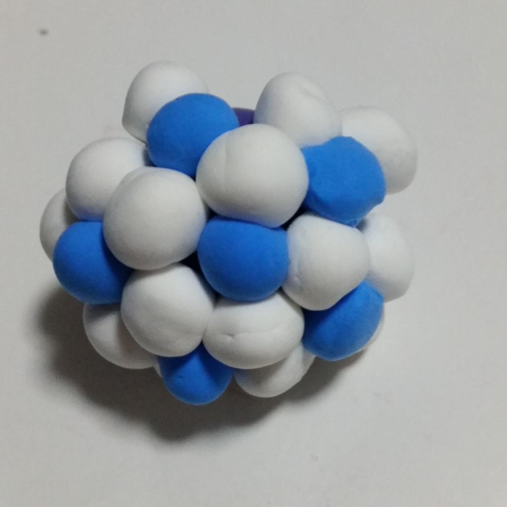 白蓝相间色足球橡皮泥手工制作教程图