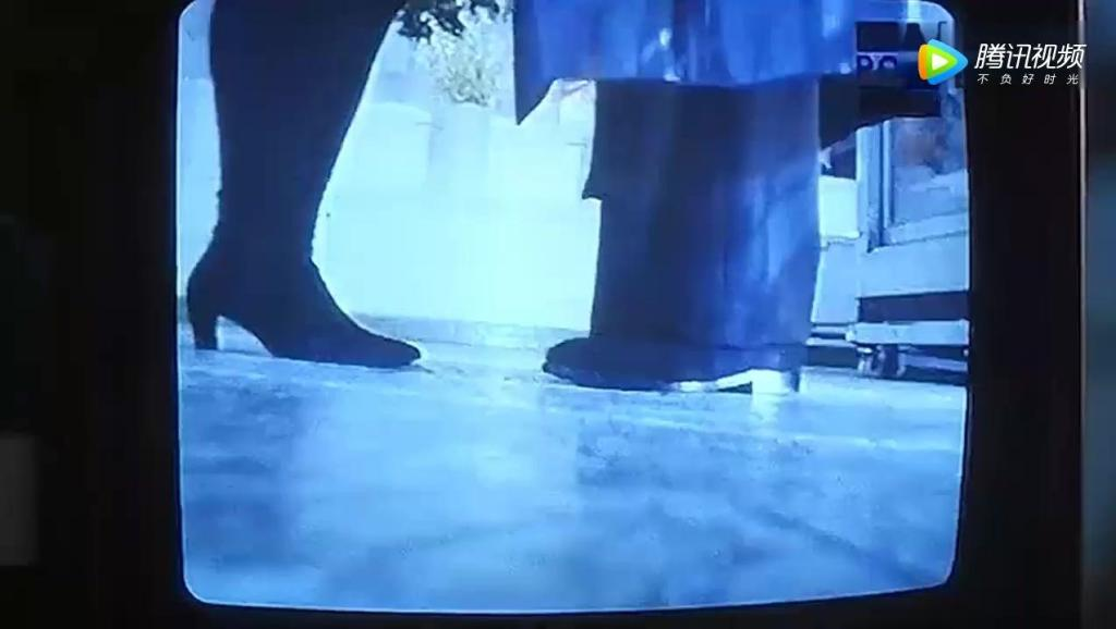 《逃学威龙》周星驰跪在地上突然女朋友张敏来了,这下尴尬了