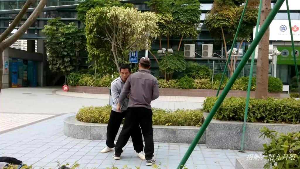 深圳某体育广场,两男子在练习太极推手功夫,据说很健身
