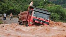大货车司机不听劝阻强行驶过洪水区,结果来不及说后悔!