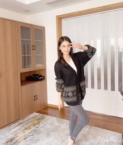 """黄圣依晒锻炼视频, 当她""""高抬腿""""举过头顶, 我又开始羡慕杨子了"""