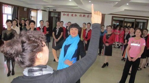 50岁零基础学模特,市老年大学最火老师,教学15年屡获大奖