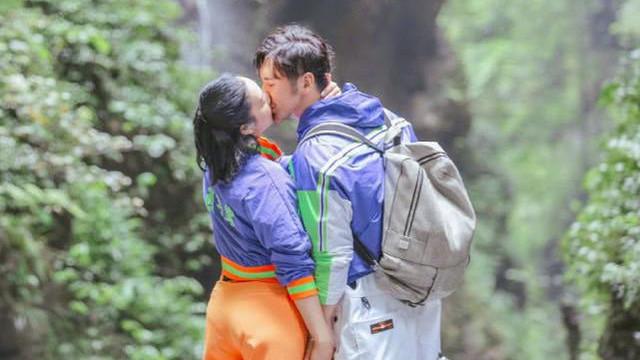 穿情侣装甜蜜拥吻, 爱的味道溢满屏幕 钟丽缇张伦硕再度高调撒糖,