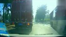 45吨大货车狂按喇叭10声,两辆SUV装没听到,5秒后同时变铁渣