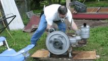 老外买了一台中国柴油机,启动后用木棒测试性能,结果让他很无奈
