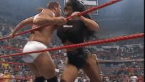 WWE最能打的美女柴娜 三下把壮汉干出台 来救援的男友显得好小只