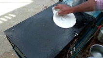 印度三哥制作煎饼果子,这次正常操作,没有开挂