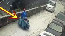 拉着九个煤气罐的摩托车突然摔倒,吓得面包车连连后退!