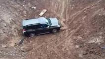 车主被朋友坑惨,普拉多40下坡直接滑下去了,这还能上的来吗?