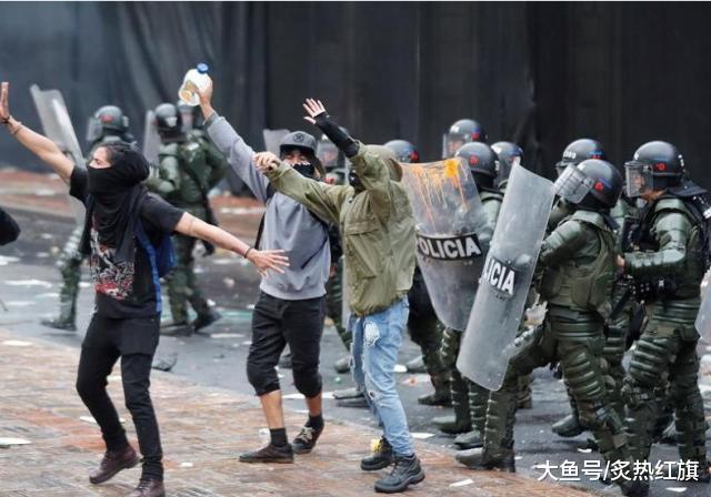 """美国后院又起火了,大批民众上街示威游行,要求""""亲美""""总统下台"""
