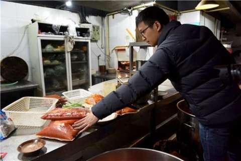 """成都""""大虎老火锅"""": 老鼠菜架上爬 53袋牛油无标示"""