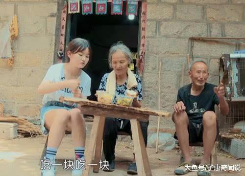 变形计中00后萝莉吃农村饭, 当看到她穿短裤的腿时, 网友炸锅(图4)
