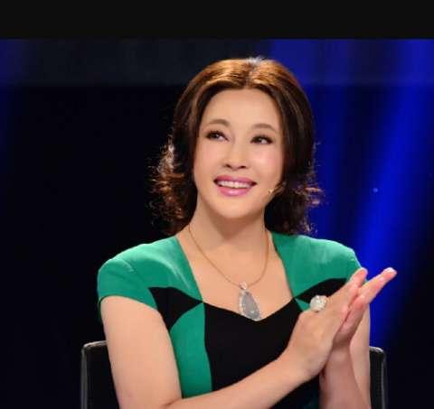 62岁刘晓庆近照, 早年因整容, 现在满脸硅胶让人唏嘘不已!