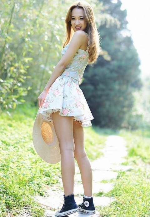 蓝色碎花短裙,配上蓝色帆布鞋,简约风格,淡雅可爱,迷人养眼,给人的
